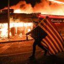 Landesweite Aufstände, ausgelöst durchPolizistenmorde