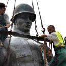 Ukraine: Monument zum Sieg über den Faschismus abgerissen – Nationalistentriumphieren